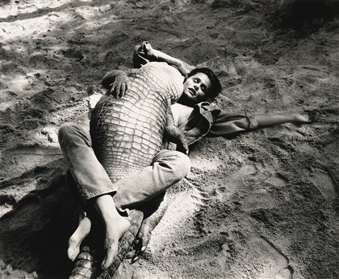 helmut-newton-lauren-hutton-wrestling-alligator,-miami.jpg